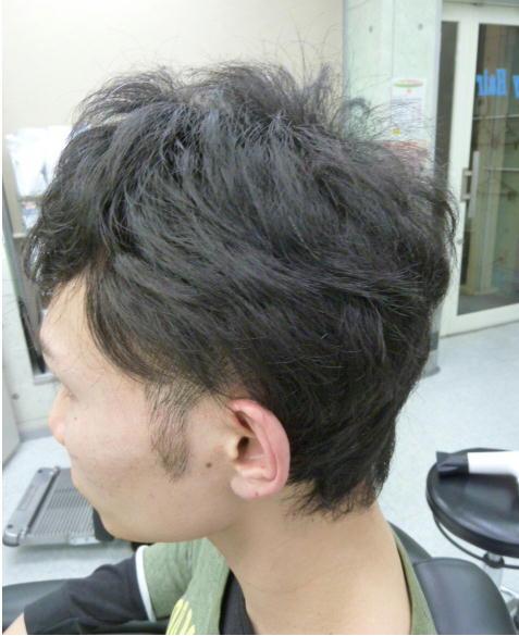 この方も強い縮毛でした。毛先がチリチリして収まりにくく痛んでもないのに痛んでいる様でした。ありがたい事に使用しているシャンプーとトリートメントを持ってきてくれました。ネット検索して成分と評価を見ると縮毛矯正にはあまり影響無い事が分かりました。ノンシリコンを使用していたのです。だいたい思う様に自然な縮毛矯正が出来ました。アイロンの反応も良かったです。アイロン曲線カールでの伸ばしも楽でした。ホッとします。僕の胃が休まります。