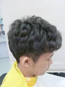 新型極細縮毛矯正アイロンで全頭に半カール(Cカール)しながら癖毛を伸ばした状態です。